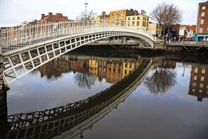 ha'penny bridge in dublin foto