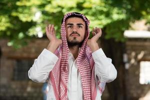 moslim man bidt in de moskee foto