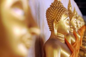 groep het gouden standbeeld van Boedha, wat phutthaisawan, Thailand foto