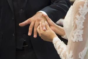 uitwisseling van trouwringen foto