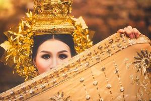 mooie Thaise dame in Thaise traditionele drama jurk foto