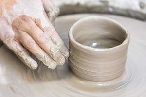het maken van een aardewerken beker op het wiel foto