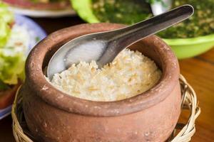 verbrande rijst in de aarden pot. foto