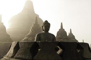 Borobudur tempel bij zonsopgang, Indonesië.