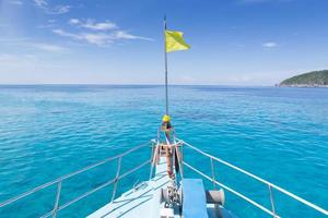 boeg van boot op zee; similan eiland; Thailand foto