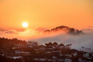 zonsopgang op de zee van wolken foto