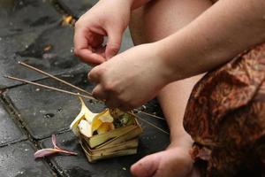 vrouw die deelneemt aan de Balinese ceremonie foto