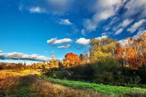 herfst veld met land kerk foto