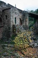 oude brug met een kleine kapel in Karytaina, Peloponnesos, Griekenland foto