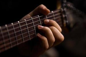 de hand van man gitaar spelen