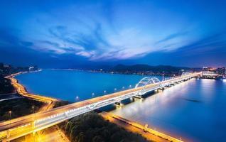 drukke verkeerslicht paden op de brug foto