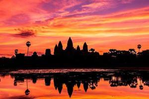 silhouet angkor wat kasteel. foto