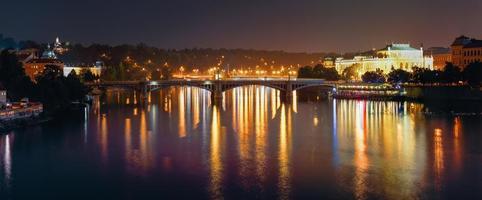 panoramisch uitzicht op de nacht van vltava rivier en manen brug foto