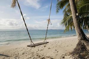 touw schommel op het strand foto