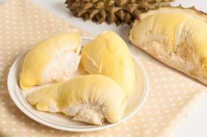 vers durian fruit op witte plaat. foto