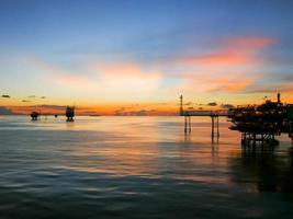 olie- en gasplatform in de ochtend, zonsopgang foto