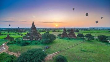 zonsopgang in bagan, myanmar foto