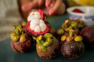 mangosteen op een tafel foto