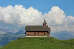 oude kapel op een groene heuvel foto