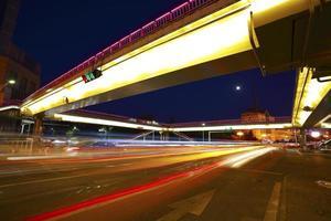 stedelijke voetgangersbrug en wegkruising van nachtscène foto