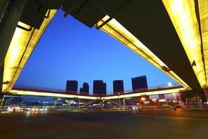 stedelijke voetgangersbrug en wegkruising van nachtscène