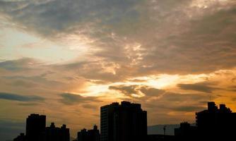 wolken in de zonsondergang