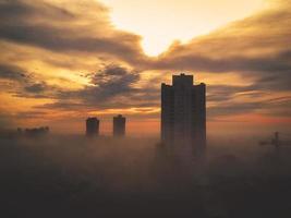 stad bedekt door mist.