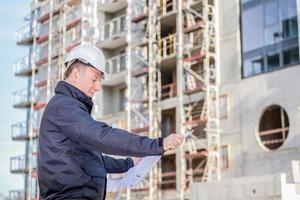bouwmanager met blauwdrukken foto