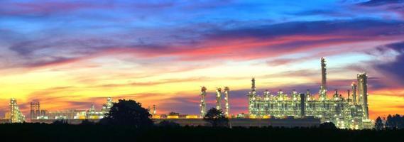 landcsape van petrochemische olieraffinaderijfabriek bij nacht foto