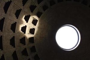 Binnenaanzicht van het pantheon in rome, Italië. foto