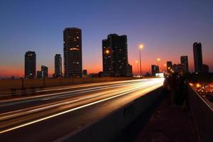 bewegend licht van verkeer in de stad. foto