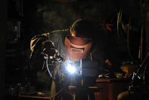 geschoolde werkende fabriekslasser foto