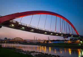 prachtige brug in taipei foto