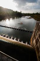 water stroomt uit reservoirsluis foto