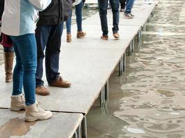 mensen lopen op de catwalk in Venetië foto