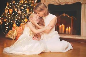 Kerstmis en mensenconcept - gelukkige moeder en kind foto