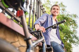 jongen op de fiets foto