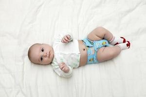 baby liggend op de rug foto