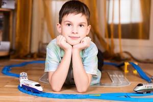 jongen speelt met een stuk speelgoed poseren foto