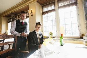 portret van ober en zakenman aan restaurant tafel foto