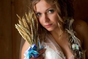 hoofd geschoten van de jonge bruid in trouwjurk