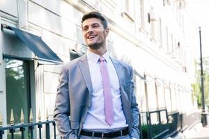 lachende jonge zakenman foto