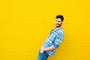 jonge gelukkig man op geel