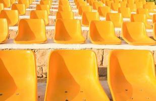gele stoelen foto