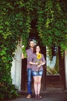 gelukkige paar verliefd. vriendin bedrijf zonnebloem foto
