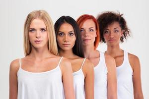 portret van een vier ernstige multi-etnische vrouwen foto