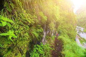 mensen klimmen in de bergen annapurna trekking foto