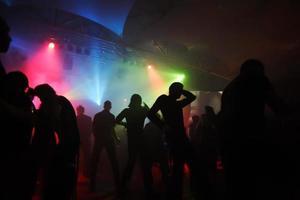 mensen dansen in een ondergrondse club foto