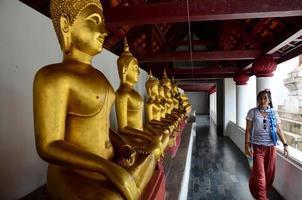 Thaise mensen bidden Boeddhabeeld naam phra phuttha chinnarat foto