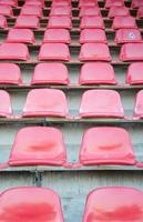rode stoelen op voetbal sportstadion foto